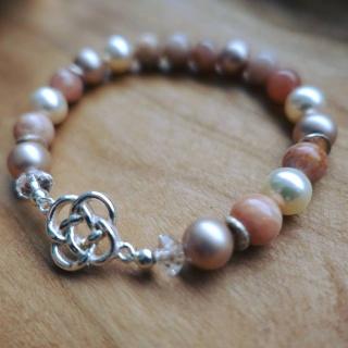 Perlenarmband mit Mond- und Sonnensteinen; Anhänger in Form eines irischen Knotens in Echtsilber