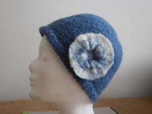 Blaue Mütze mit Blume - Handarbeit kaufen