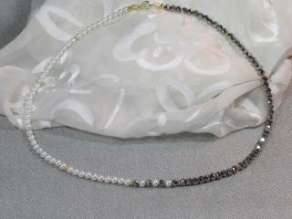 Süßwasserperlen und glitzernder Kristall, 46 cm, weiß u. feines grau mit vergoldeten Silberrosetten