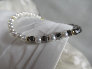 Süßwasserperlen u. Kristall, Armband ca. 18 cm, weiß und feines grau, Rosetten 925-Silber vergoldet