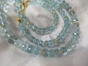 Aquamarin fein facettiert u. kristallklar,44 cm, edel ergänzt mit vergoldeten 925Silber Rondellen, handgearbeitetes Collier