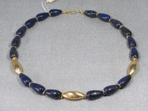 Lapislazuli u. vergoldete Metalldeko, 47 cm, dunkelblaues Collier handgefertgt
