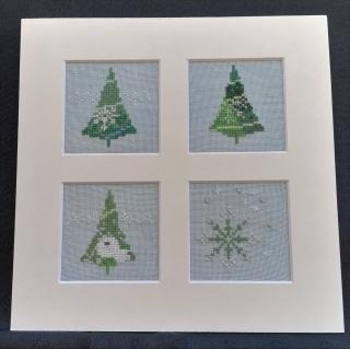 Glitzernde Weihnachtsbäume und Sterne ★ auf hellblauen Leinen gestickt ★ - Handarbeit kaufen