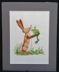 Zauberhafter Froschkönig mit Hase ♥ in Kreuzstich