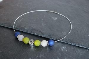 ♥ Filigranes Collier in  mit Polaris-Perlen in Dunkelblau, Hellgrau und Hellgrün und einer Metallperle in Schneckenform ♥  Wechselschmuck - Handarbeit kaufen