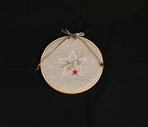 ★ Weihnachtlicher Stern mit Beeren-Ast in Stickrahmen ★      - Handarbeit kaufen