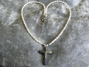 zierliche Perlenkette mit Kreuzanhänger aus Hamatit mit Süsswasserperlen