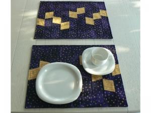 Modernes Tischset, blau-violett und gold mit Schrift
