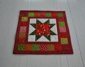 Weihnachtliches quadratisches Deckchen, rot-grün-natur