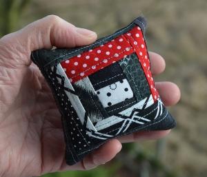 Minikissen ☆ Nadelkissen ♥ Crazy Logcabin ♥ schwarz - weiß - rot - Handarbeit kaufen