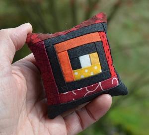 Minikissen ☆ Nadelkissen ♥ Spirale ♥ rot - orange - schwarz - Handarbeit kaufen