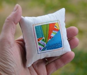 Modernes Minikissen ☆ Nadelkissen ♥ Crazy ♥ weiß - bunt - Handarbeit kaufen