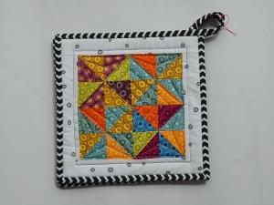 Topflappen ★ mit bunten Dreiecken ★ mit einem Muster aus Ovalen ☆ und weißem Rand ☆ - Handarbeit kaufen