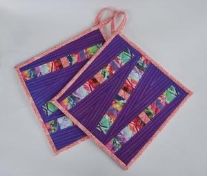 Lila Topflappen ☆ Eden ☆ mit bunten Streifen aus Stoffen der Designerin Tula Pink  - Handarbeit kaufen