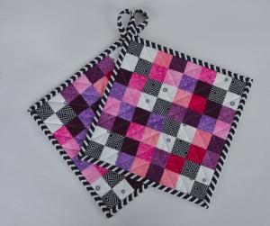 Topflappen ☆ Pink ☆ mit schwarz-weiß-pink-lila Pixel-Quadraten