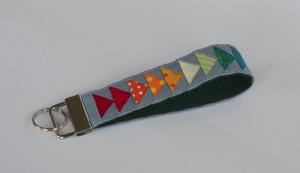 Kunterbuntes Schlüsselband ☀ Flying Geese ☀ auf grünem Gurtband - Handarbeit kaufen