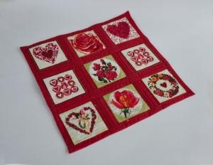 Herziges ♥♥♥ rosiges ♡♡♡ quadratisches Deckchen, rot-grün-naturfarben - Handarbeit kaufen