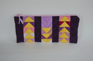 Lila ★ Mäppchen ★ mit gelben Dreiecken und rosafarbenen Reißverschluss - Handarbeit kaufen