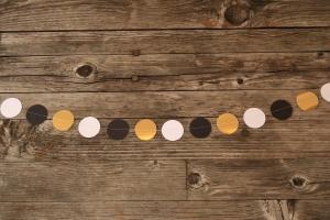 genähte Punkte-Girlande aus Papier - black&white&gold von Nanuschka