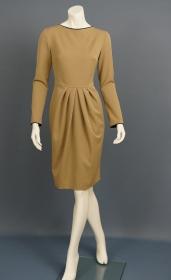 Kleid mit Paspelierung am Dekollete und an den Ärmeln