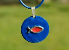 Anhänger Ichthys blau am Kautschukband christlich Fisch Emaille rot Geschenk Unikat