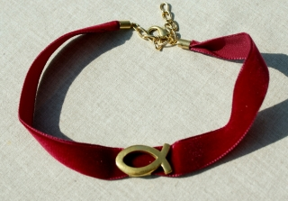 Samthalsband  rot mit ICHTHYS vergoldet Kropfband
