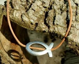 versilberter ICHTHYS an naturfarbenem Leder-Band christlich schlicht  - Handarbeit kaufen