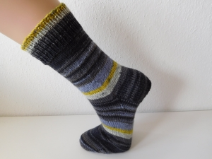 Socken handgestrickt Gr. 37 grau gestreift mit flieder, gelb und hellgrün kaufen