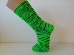 Socken handgestrickt Gr. 41 neongrün mit Streifen blau kaufen