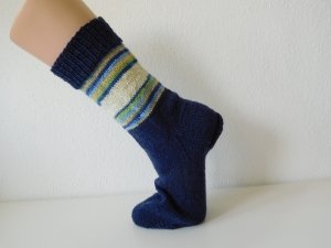 Socken handgestrickt Gr. 40 blau mit Steifen im Bein zart grün kaufen  - Handarbeit kaufen