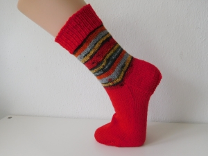 Socken handgestrickt Gr. 36 rot  mit Streifenmuster im Bein kaufen - Handarbeit kaufen