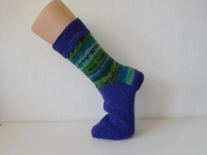 Socken handgestrickt Gr. 41 lila mit Streifenmuster grün im Bein kaufen - Handarbeit kaufen