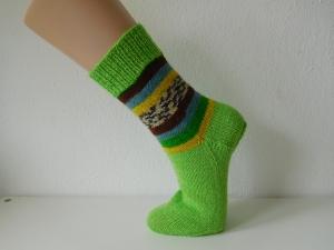 Socken handgestrickt Gr. 36 hellgrün mit Streifenmuster im Bein kaufen - Handarbeit kaufen