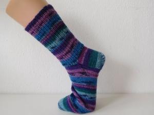 Socken handgestrickt Gr. 45 lila, blau, grün gestreift kaufen
