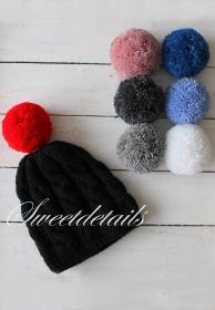 Bommelmütze aus Wolle in Schwarz mit zwei Bommeln nach Wahl Wollmütze Bommelwollmütze