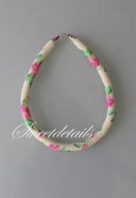 Gehäkelte Perlenkette *Blumentraum* Häkelkette Schlauchkette aus Perlen in Weiß, Grün, Pink