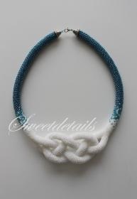 Gehäkelte Perlenkette *Josephinenknoten* Häkelkette Schlauchkette aus Perlen in Blau-Weiß - Marinelook