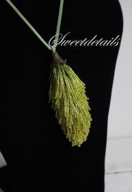 Gehäkelter Kettenanhänger mit Lederband  *Pinsel* Anhänger aus grünen Perlen Häkelkette  Längenverstellbar
