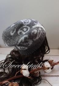 Gestrickte Beaniemütze aus Angorawolle in Grau-Weiß mit Wendefunktion und Gurkenmuster, Wollmütze, Beaniewollmütze, Wintermütze