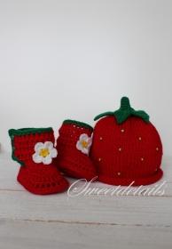 Gestrickte Babymütze und Babyschuhe  Kindermütze aus Wolle in Form einer Erdbeere in Rot-Grün