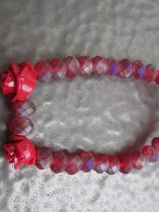 Romantisches rotes Armband mit zwei Rosenmotiven