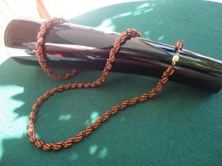 Ein Set - Kette mit Armband -  in ganz besonderem Stil. Ich habe sie in einem kombinierten Stil zwischen Fädeln und Nähen hergestellt.