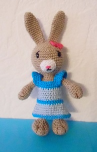 gehäkelter Hase schüchterne Mimi, Kuscheltier aus Baumwolle , Kleid zum an-und ausziehen