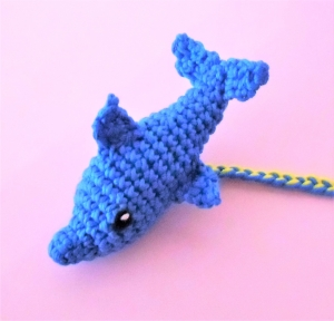 Lesezeichen Delfin , gehäkelt und geflochten aus Baumwolle , Buchzeichen