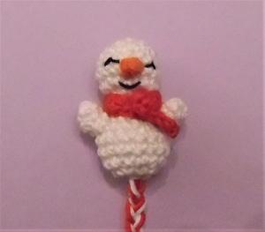 Lesezeichen Schneemann , gehäkelt und geflochten aus Baumwolle