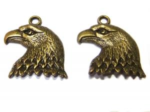 2 altmessingfarbene Adleranhänger