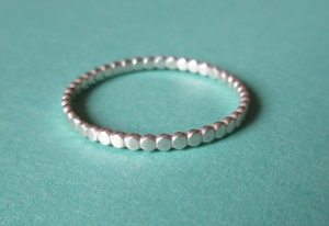 Punktering Silberring aus abgeflachtem Perldraht