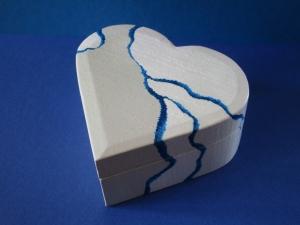 Trollkiste Herz -whiteandblu- handbemalt außen blau/weiß innen goldfarben