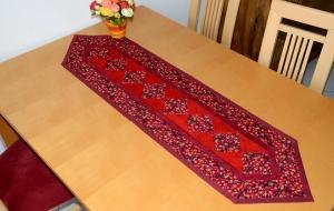 Schöner roter Patchwork Tischläufer