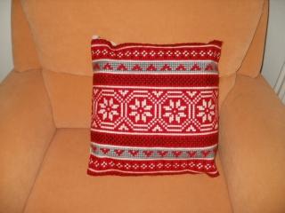 Handgemachtes Kreuzstichkissen - Deko Stickkissen Norweger rot, weiß